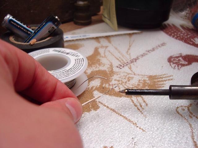 Después de eso, te sugiero que la lata de los cables. Sumerja el hierro en un pequeño flujo de limpiar si fuera poco, a continuación, obtener una pequeña gota de soldadura en los extremos de cada cable. Esto hará que uniéndolos mucho más fácil.